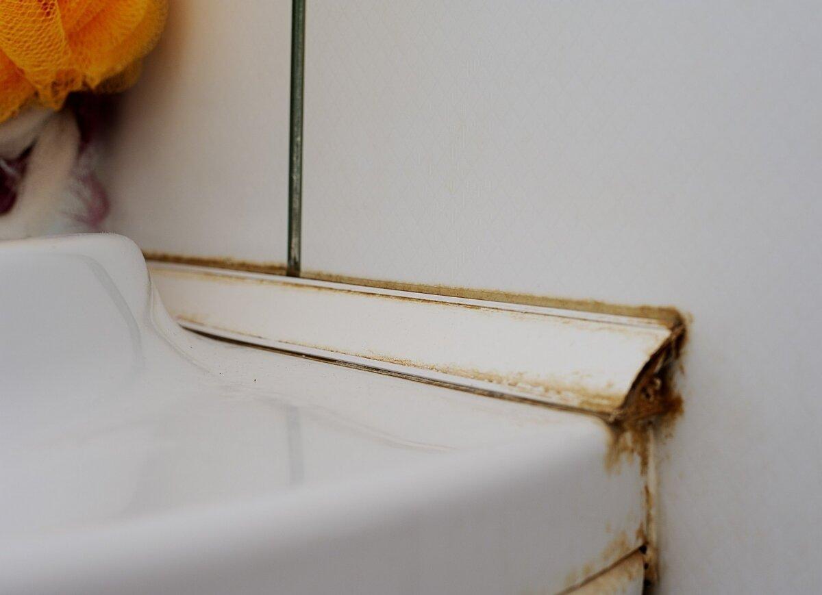чем приклеить пластик к кафелю в ванной
